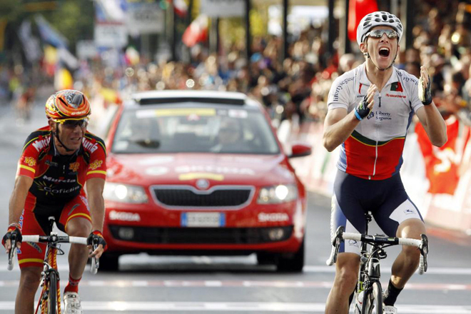 Llegada a la meta de ciclistas