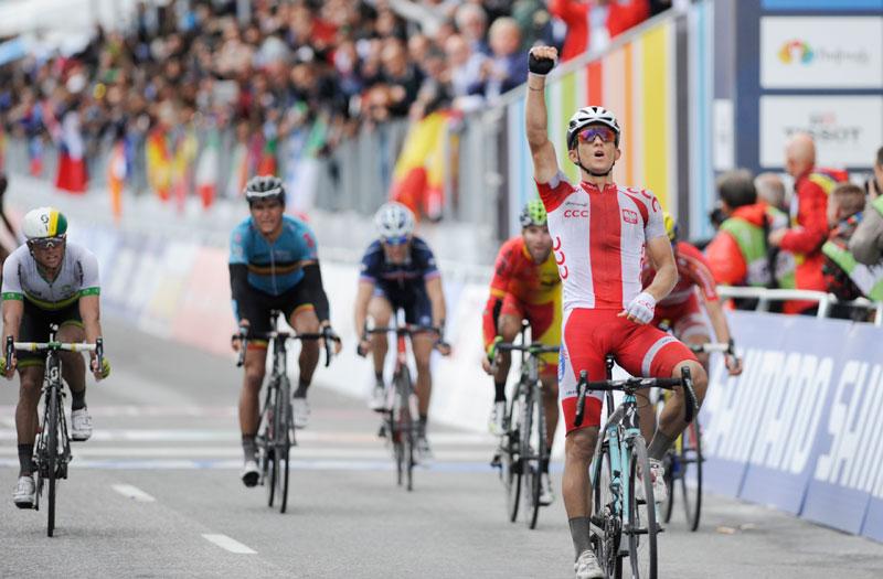 Llegada de los corredores a la meta del Mundial de ciclismo Ponferrada 2014