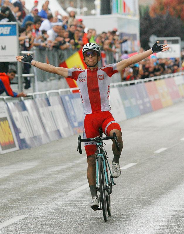 Llegada a la meta de Kwiatkowski, ganador del Mundial de ciclismo Ponferrada 2014